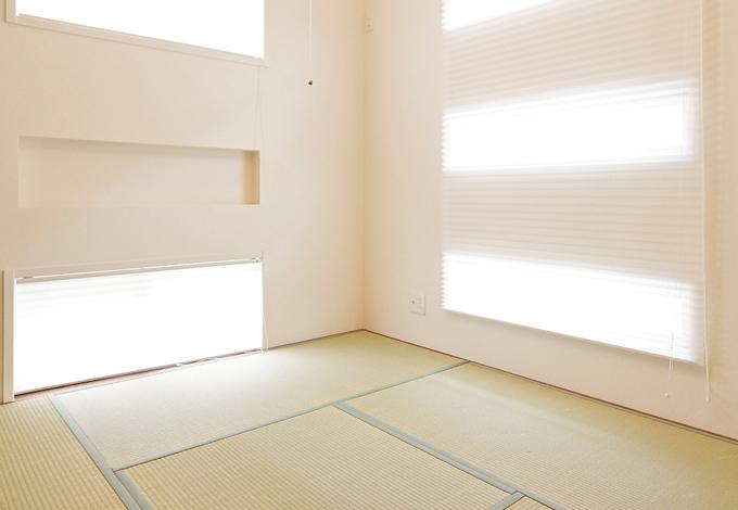 ハートホーム【デザイン住宅、子育て、インテリア】窓の形がモダンな雰囲気の和室と、ご主人様こだわりの書斎。造り付けの棚で大量のレコードやCDも余裕で収納