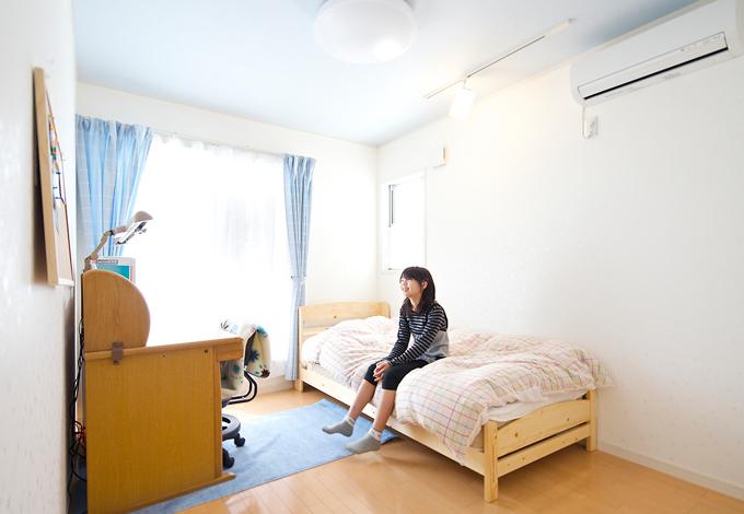 ハートホーム【デザイン住宅、子育て、インテリア】明るい南向きの子ども部屋。さりげなくキュートな壁紙も◎。窓の向こうはベランダなので布団干しも便利
