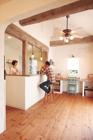 ハートホーム【輸入住宅、趣味、夫婦で暮らす】一番こだわったのは、キッチンまわりと天井のアンティーク加工を施した梁。「私の実家が梁や囲炉裏のある昔ながらの家だったので、どうしても梁を取り入れたかったんです」と奥様。梁の色をあえて白っぽくしたことで、カントリーテイストにも合う優しい雰囲気に