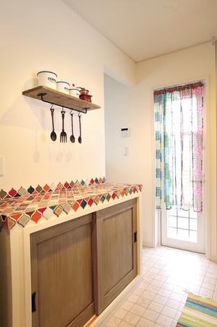 ハートホーム【輸入住宅、趣味、夫婦で暮らす】キッチンの造作棚には、奥様が一目惚れをしたというタイルを貼ってインテリアの一部に