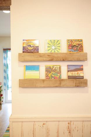 リビングの壁に付けたCDの飾り棚も梁と同じ素材で制作