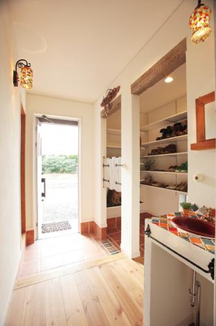 ハートホーム【輸入住宅、趣味、夫婦で暮らす】玄関から入ってすぐの靴収納スペースの上部にも、キッチンまわりで使った梁を使用。家全体の統一感が出る
