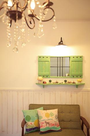 ハートホーム【輸入住宅、趣味、夫婦で暮らす】リビングは全て腰壁を付け、新品にやすりでアンティーク加工をプラス。さらに白い壁にはご主人の大好きな緑の飾り棚と窓を付けて、カントリーの雰囲気をアップ