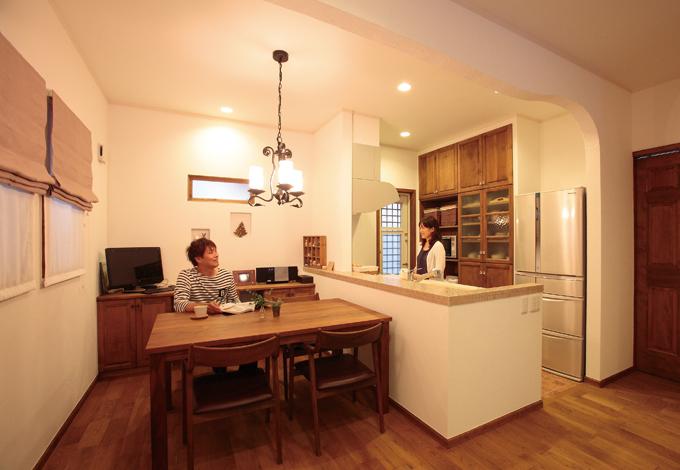 ハートホーム【輸入住宅、夫婦で暮らす、間取り】機能性、デザイン共に満足したキッチンと ダイニング。アイアンワークのシャンデリ アがお洒落