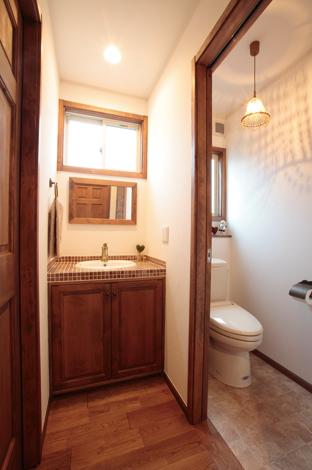 ハートホーム【輸入住宅、夫婦で暮らす、間取り】洗面台にはそれぞれこだわりが。1階 は、既存の洗面台下の扉に手を加え てもらったオリジナル。2階は、タイル とボウルにお気に入りをチョイス