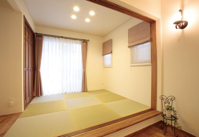 ハートホーム【輸入住宅、夫婦で暮らす、間取り】リビングから続く和室。ちょっと腰掛けられる段差が便利