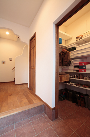 ハートホーム【輸入住宅、夫婦で暮らす、間取り】奥様の大好きな靴もたくさん収納できる玄関納戸