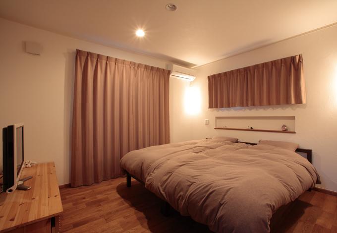 ハートホーム【輸入住宅、夫婦で暮らす、間取り】ウォークインクロリビングから続く和室。ちょっと腰掛けられる段差が便利ーゼットを備えシンプルにまとめられた寝室
