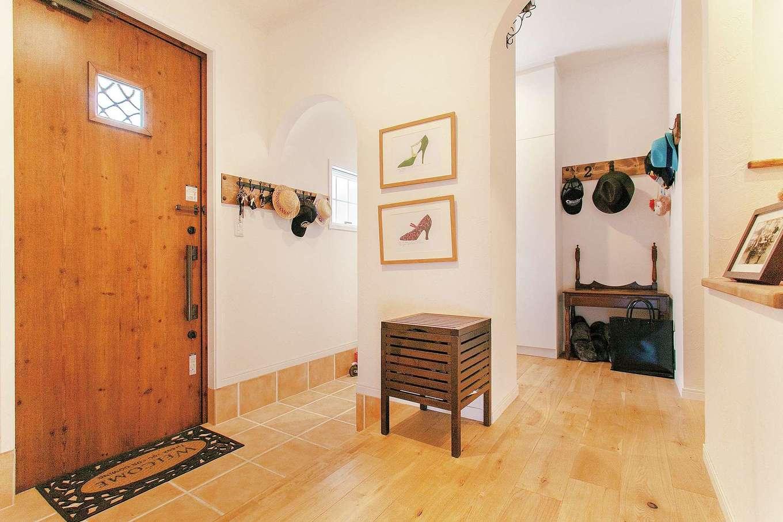 ハートホーム【子育て、輸入住宅、自然素材】正面棚のディスプレイを季節ごとに変えてゲストをもてなす玄関ホール