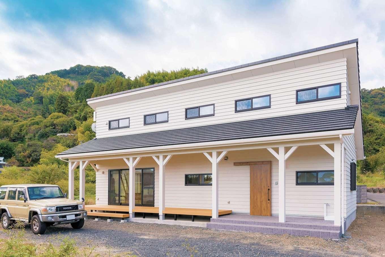 ハートホーム【デザイン住宅、子育て、間取り】ラップサイディングの白い外壁がサーファーズハウスの表情をより一層引き立てる