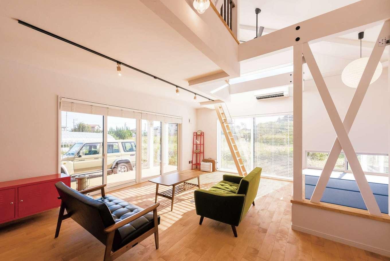 ハートホーム【デザイン住宅、子育て、間取り】在来工法でここまで開口を広く。明るく開放的なリビングがご主人のお気に入り