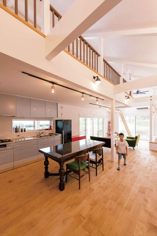ハートホーム【デザイン住宅、子育て、間取り】何とも開放的な30畳の吹き抜けLDK。家全体が大きなひとつの部屋なので、どこに居ても声が聞こえる。天然無垢の床は極力フラットにすることで、ロボット掃除機が隅々まで綺麗にしてくれる