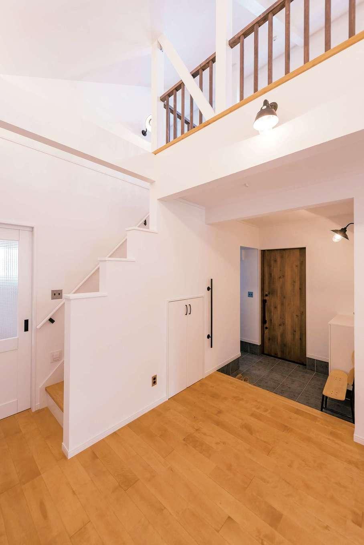 ハートホーム【デザイン住宅、子育て、間取り】玄関を入ると目の前に広がるLDK。玄関扉もバス、トイレもすべて引き戸で、出入りに必要なスペースも最小限に