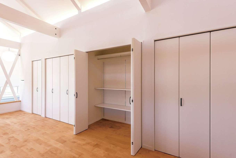 ハートホーム【デザイン住宅、子育て、間取り】お隣さんへの音の配慮もあり、壁一面を収納に。ロッカーみたいで便利でしょ、とご主人