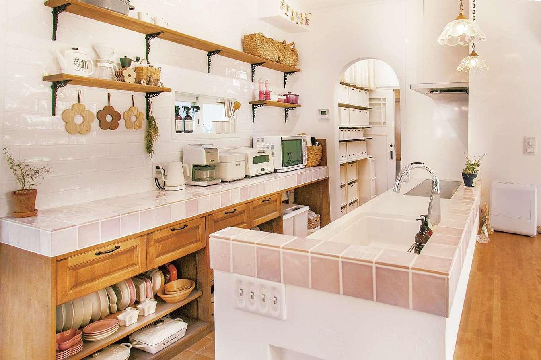 ハートホーム【デザイン住宅、和風、ペット】奥さまお気に入りのキッチン。奥のスペースに冷蔵庫と食品系収納をまとめることでスッキリ