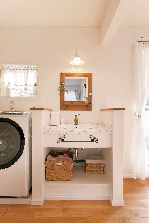 ハートホーム【デザイン住宅、和風、ペット】『ハートホーム』で人気の洗面台を2階にも。横の洗濯機は、ベランダ物干し台への最短距離を考えて