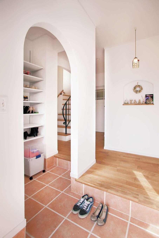 ハートホーム【デザイン住宅、和風、ペット】来客用と家族用に分けた玄関。家族の通る側はアーチ型に