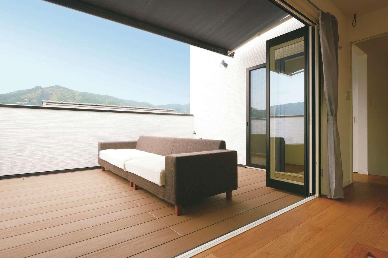 ハートホーム【デザイン住宅、二世帯住宅、高級住宅】リビングとフラットにつながったスカイバルコニー。3階なので、外からの視線を気にすることなく、BBQや日光浴を楽しんだり、ビールを飲みながら星空を眺めることができる