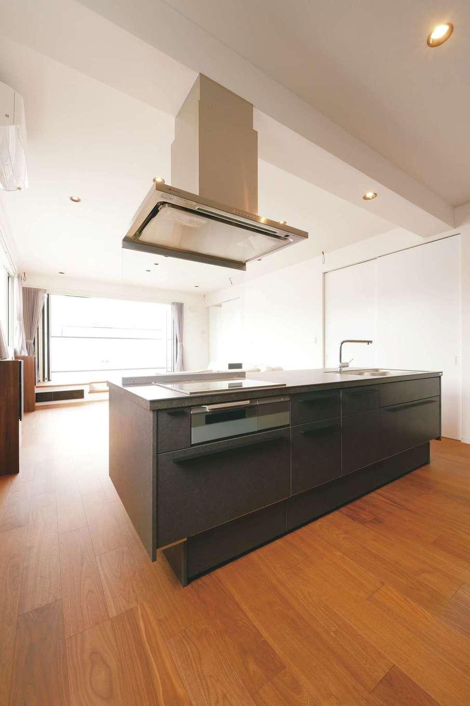ハートホーム【デザイン住宅、二世帯住宅、高級住宅】美しいプロポーションとセラミックトップが特徴のアイランドキッチンはインテリアの主役。熱やキズにも強く、デザインと使い勝手を両立