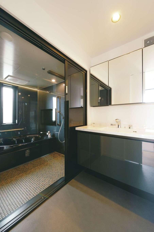 ハートホーム【デザイン住宅、二世帯住宅、高級住宅】ホテルライクなサニタリー。三男の留守中に、掃除と換気を兼ねて、お風呂好きな長女が映画を観ながら2時間入浴することも