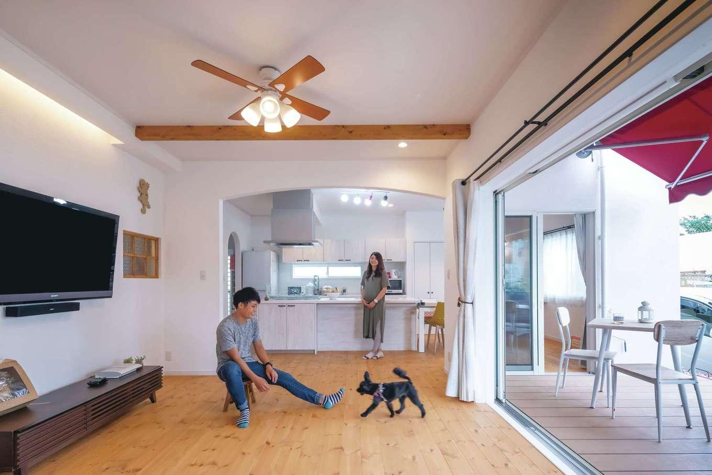 ハートホーム【子育て、輸入住宅、ペット】ご主人の夢を叶えた、ウッドデッキと一体化した開放感あふれるLDK。経年変化が楽しみな無垢パイン材の床の上を愛犬も気持ちよさそうに走り回る。