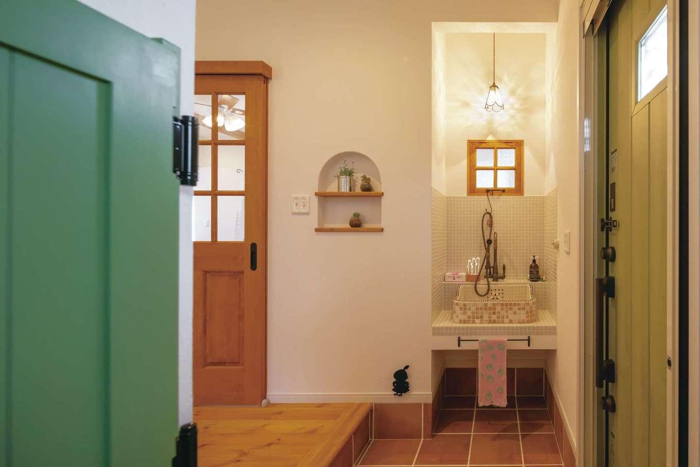 ハートホーム【子育て、輸入住宅、ペット】ウエスタン扉を採用した玄関ホール。ワンちゃん専用の洗い場は造作。小物が1つ1つ素敵