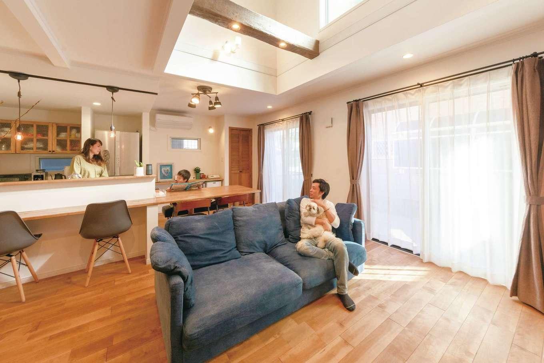 ハートホーム【デザイン住宅、趣味、ペット】吹抜けと南面の大開口からたっぷりの光を招き入れるLDK。オープンな間取りなので、常に家族のつながりを感じ合える。カバザクラの床の経年変化も楽しみ。