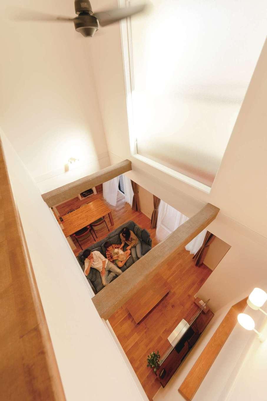ハートホーム【デザイン住宅、趣味、ペット】吹抜けの大きなFIX窓からやわらかな光が降り注ぐ