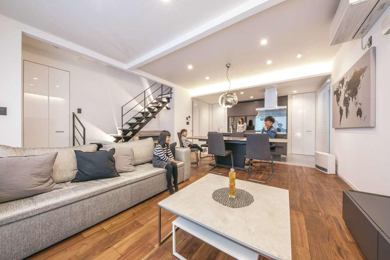 ハートホーム【デザイン住宅、収納力、自然素材】キッチンから家族を見渡せる、オープン感覚のLDK。通常よりも30cm高い天井で、より広く感じられる。表情豊かな床は、世界三大銘木で知られるブラックウォールナット