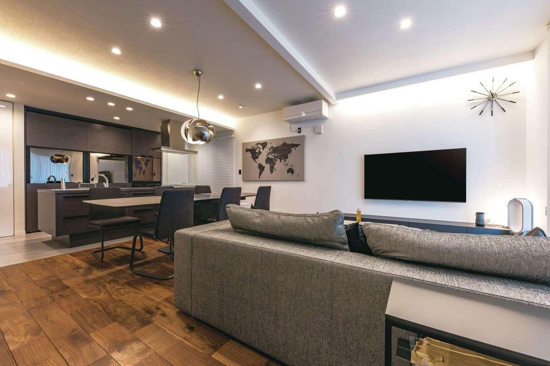 ハートホーム【デザイン住宅、収納力、自然素材】20畳を超えるLDKは気持ちにゆとりをもたらす。室内をモノトーンで統一しながら、無垢の床と珪藻土の塗り壁を採用したことで、温かみのある住みやすい空間に。Bluetooth接続のLED照明はスマホで簡単に調光できる