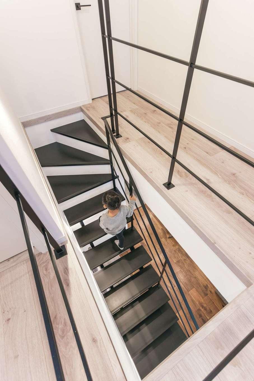 ハートホーム【デザイン住宅、収納力、自然素材】目線が抜けて開放感を増すスケルトンの鉄骨階段。繊細なスチールの手すりも白い空間に映える
