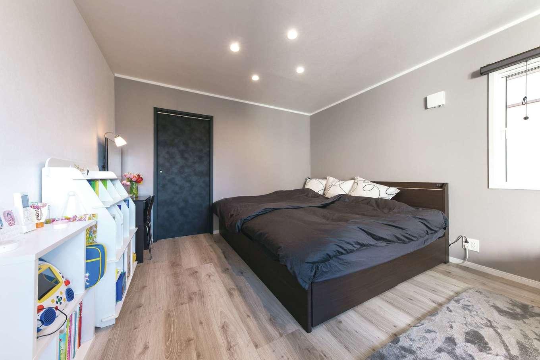 ハートホーム【デザイン住宅、収納力、自然素材】グレイッシュな床に癒される主寝室。6畳のウォークインクローゼットを備え、朝の混雑も解消