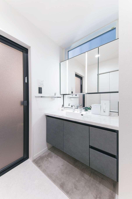 ハートホーム【デザイン住宅、収納力、自然素材】ホテルライクなサニタリー。ハイサイドライトからの光が北面とは思えないほどの明るさを実現
