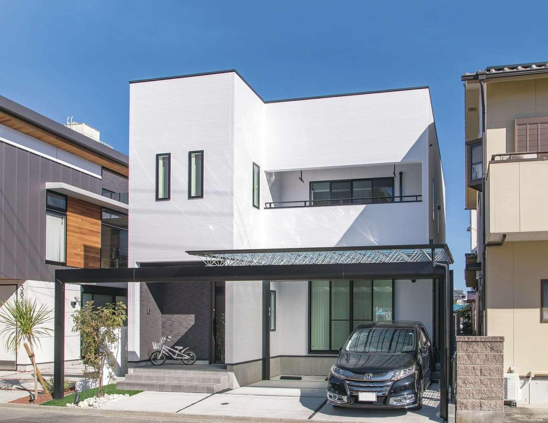 ハートホーム【デザイン住宅、収納力、自然素材】美容師のご主人がこだわったスタイリッシュな外観デザイン。光が透ける「M.シェード」のカーポートが純白の建物を引き立てる