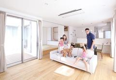 中庭デッキが家族を繋ぐ 犬と暮らす2世帯の家