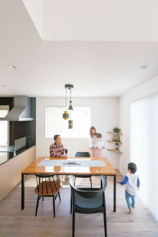 キッチンから家族がどこにいても見渡せる間取りがお 気に入り。ダイニングテーブルも『納得』オリジナル