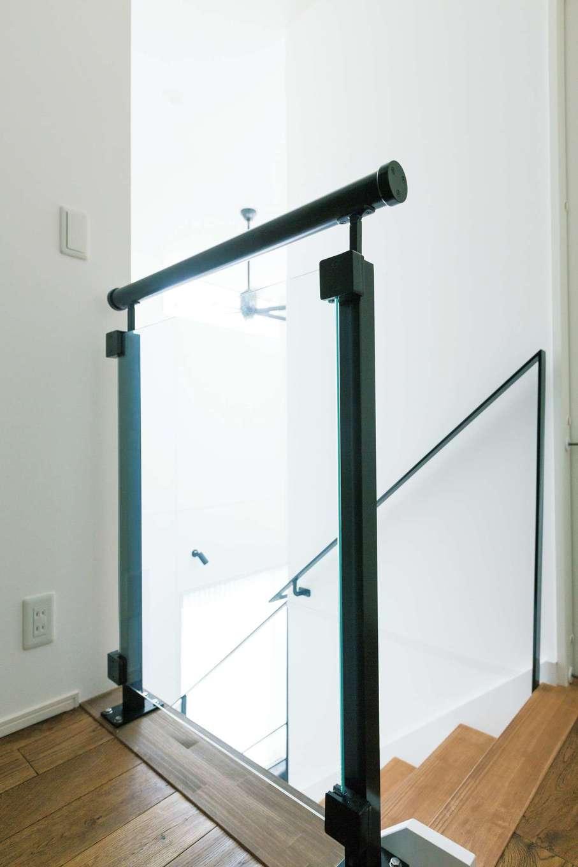 『納得』オリジナルの手すり「OMURA(オムーラ)」。マットブラックの支柱の間に強 化ガラスをはめ込み、反対側も透けて見えることで空間が より広く感じられる