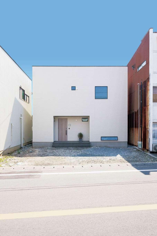 できるだけ窓を少なく、シンプルなデザインにこだわったキューブスタイルの外観