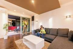 デザインと素材感を楽しむコートテラスのある家