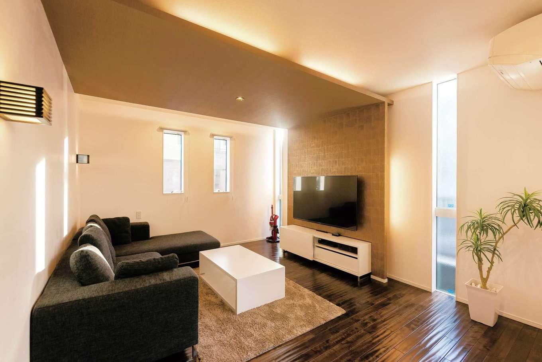 納得住宅工房【デザイン住宅、間取り、インテリア】デコボコ感が気持ちいい無垢の床、L字型のソファ、コーヒーテーブル、AVボードはすべて『納得』オリジナル。調湿効果の高い漆喰の塗り壁、断熱材のセルロースファイバーも標準仕様