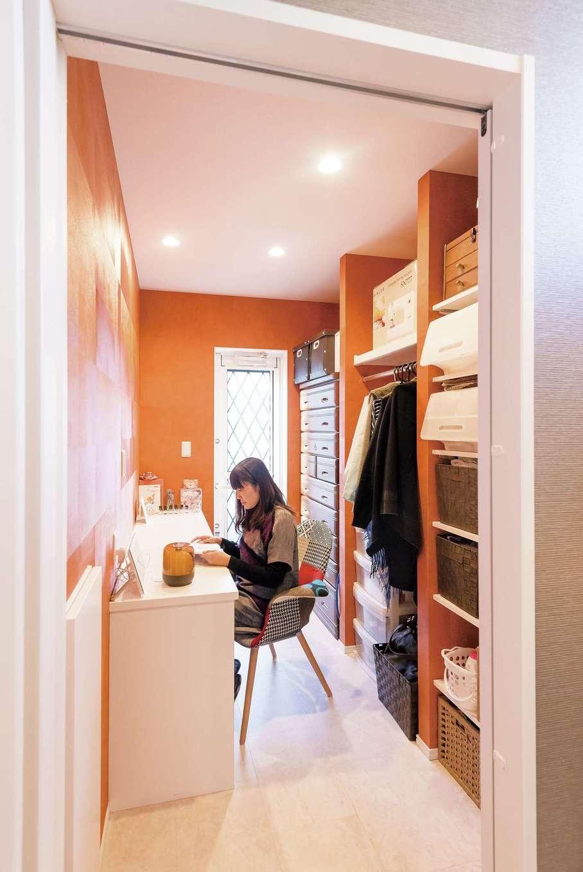 納得住宅工房【デザイン住宅、間取り、インテリア】サニタリーから直結する家事室。アイロンをかけたり、アロマを楽しむお気に入りの空間