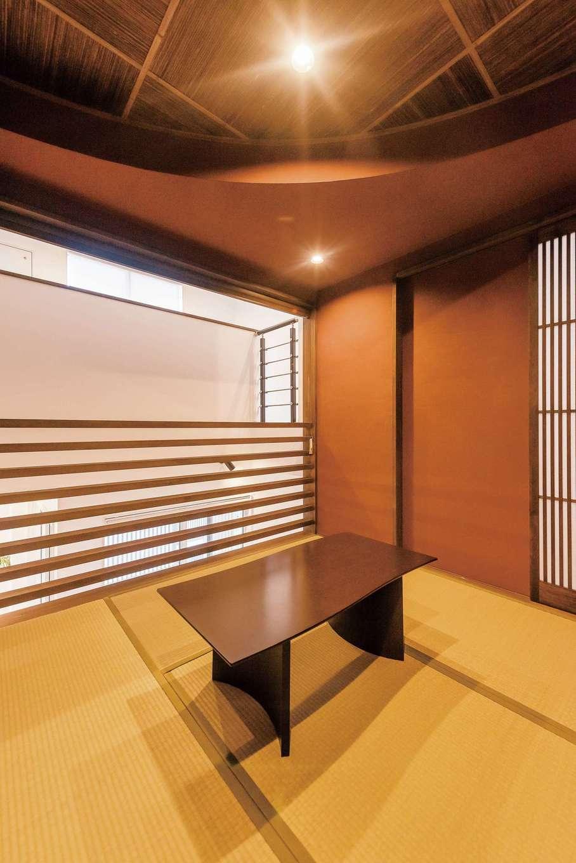 納得住宅工房【デザイン住宅、間取り、インテリア】中2階にある和室。直線と曲線が織りなす雅な空間は創作居酒屋のように寛げる。豊かな風合いの薩摩中霧島壁は標準仕様で、抜群の消臭効果がある