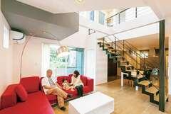 グレーでコーデした空中廊下のあるイタリアモダンな家