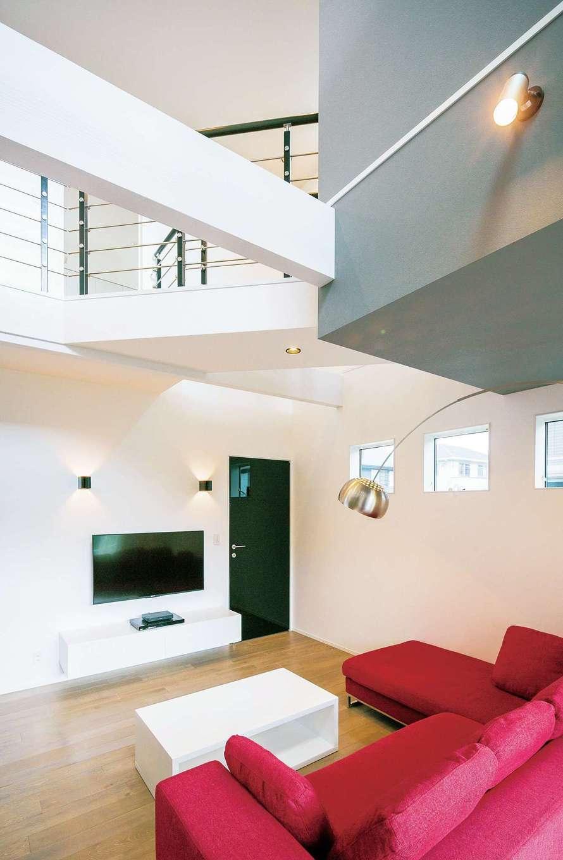 納得住宅工房【デザイン住宅、趣味、間取り】桟橋のような空中廊下。鏡面のリビングドアが空間を引き立てる