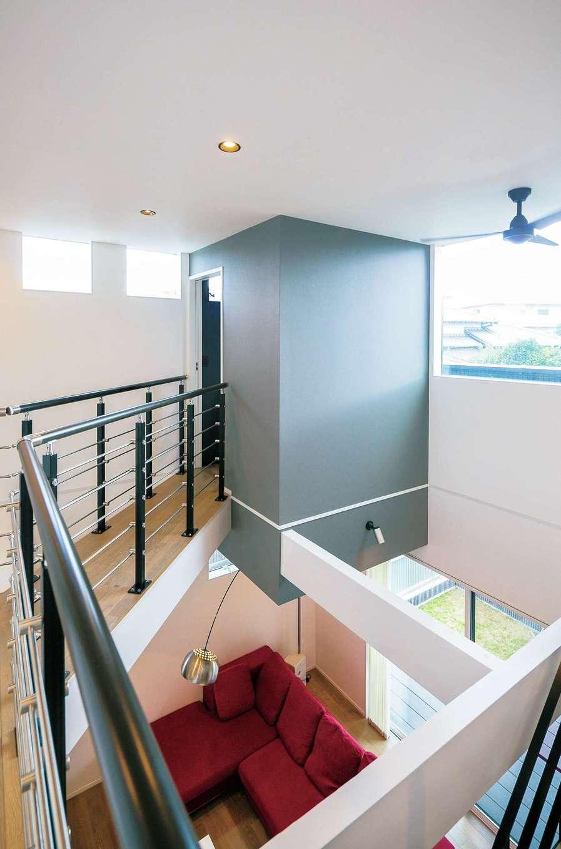納得住宅工房【デザイン住宅、趣味、間取り】吹抜けを斜めに走る空中廊下を渡ると、ご主人の隠れ家的書斎が。バルコニーにも出られる。宙に浮かび上がるような独創的なフォルムは代表の久保デザインならでは