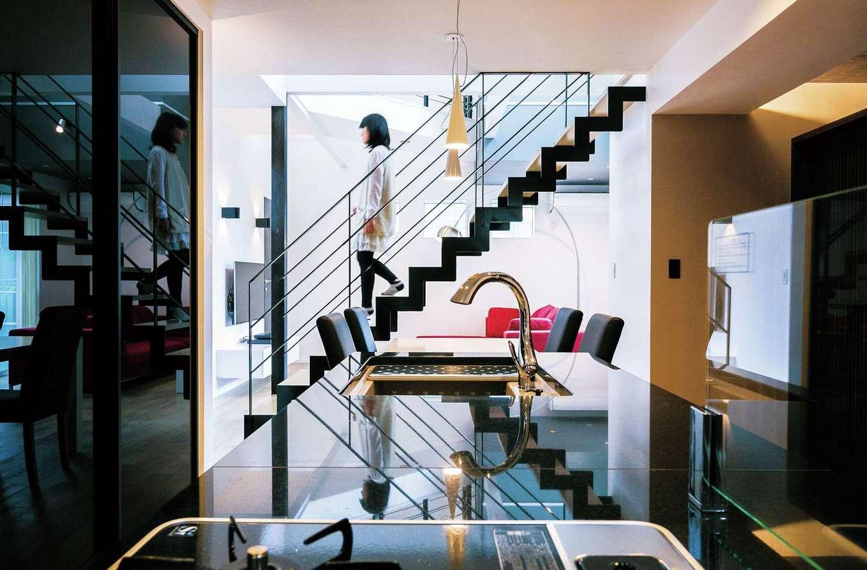 納得住宅工房【デザイン住宅、趣味、間取り】キッチンから見える鉄骨階段はまるでオブジェのように美しい
