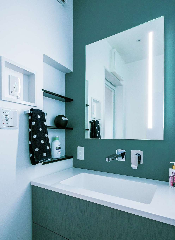 納得住宅工房【デザイン住宅、趣味、間取り】ミラーにLED照明を埋め込んだグレーの洗面化粧台