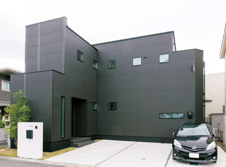 納得住宅工房【デザイン住宅、趣味、間取り】閉鎖的な外観と開放的な室内とのギャップに誰もが驚く