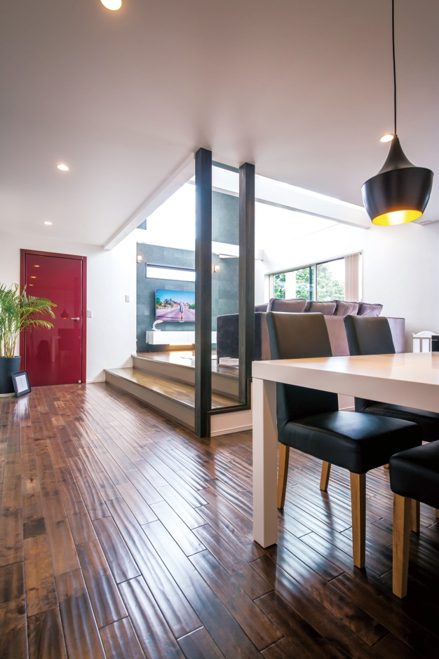 納得住宅工房【デザイン住宅、輸入住宅、自然素材】モノトーンの空間にイタリア直輸入の赤いドアがアクセント
