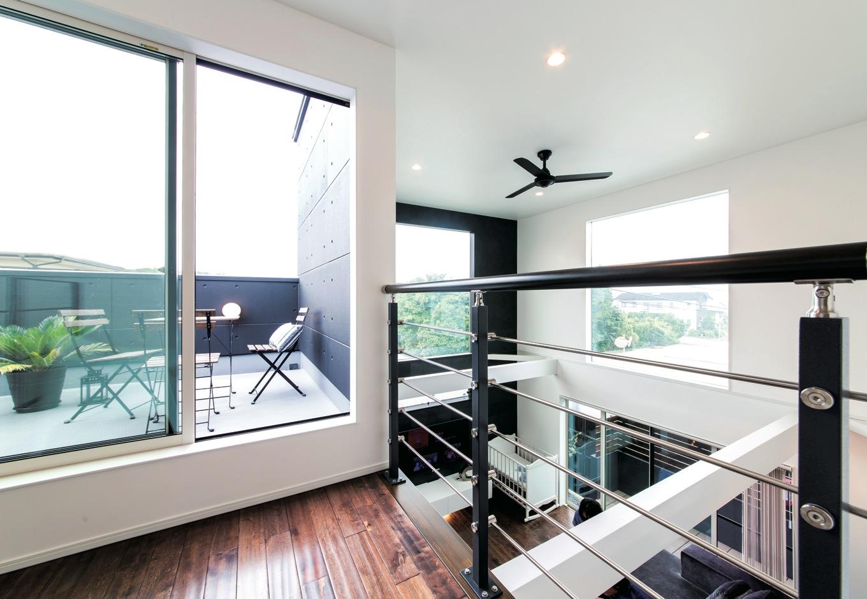 納得住宅工房【デザイン住宅、輸入住宅、自然素材】吹き抜けとテラスが一体化したような2階ホール。家の中なのに見晴らしがいい、広がりを感じるスペース